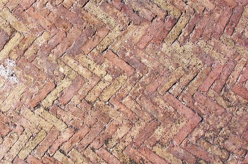 レンガを使ったコンクリート施工の例(出典:Wikiwand)