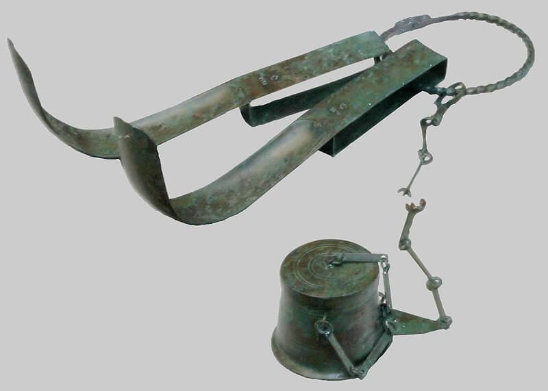 肌かき器とオイル壺の写真
