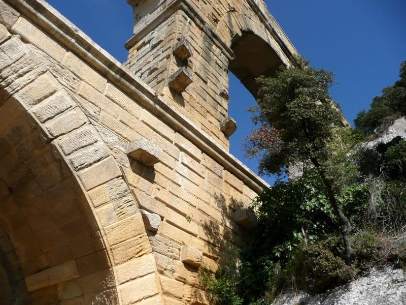 橋表面の突起