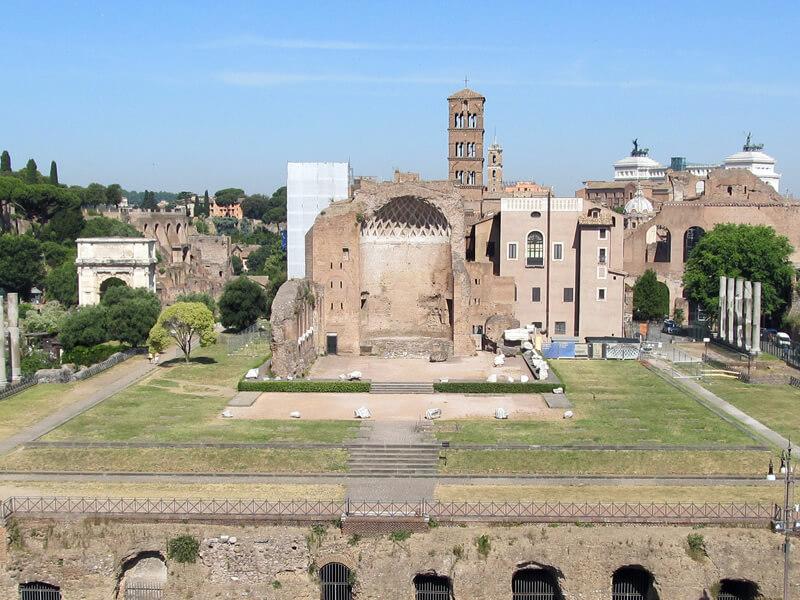 コロッセオから見たウェヌスとローマ神殿の写真